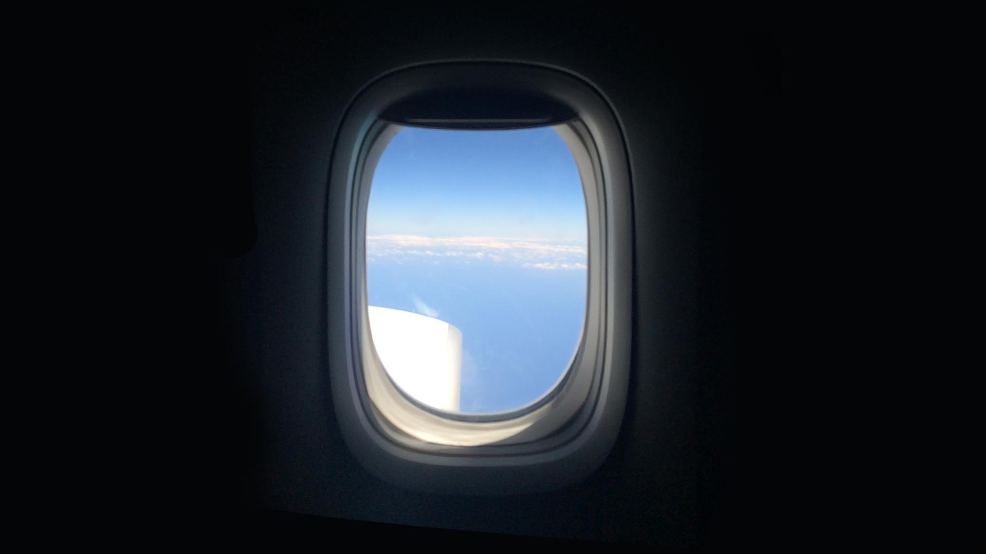 Lentokoneen ikkuna sisäpuolelta kuvattuna