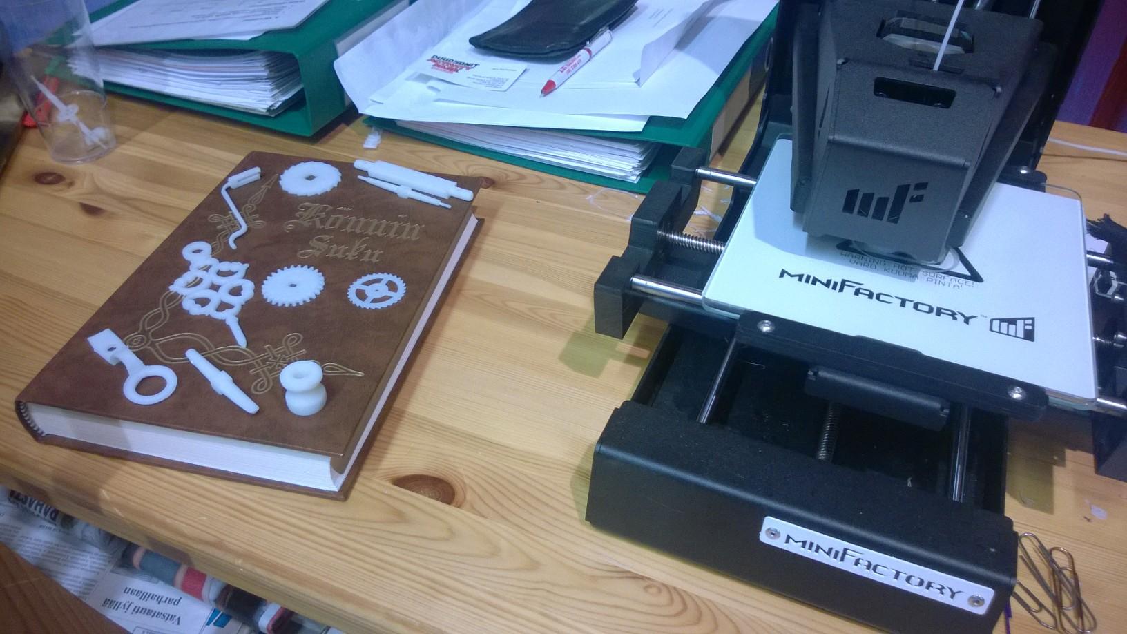 miniFactoryn 3D-tulostin valmistamassa kello-osia f3d26d22d2