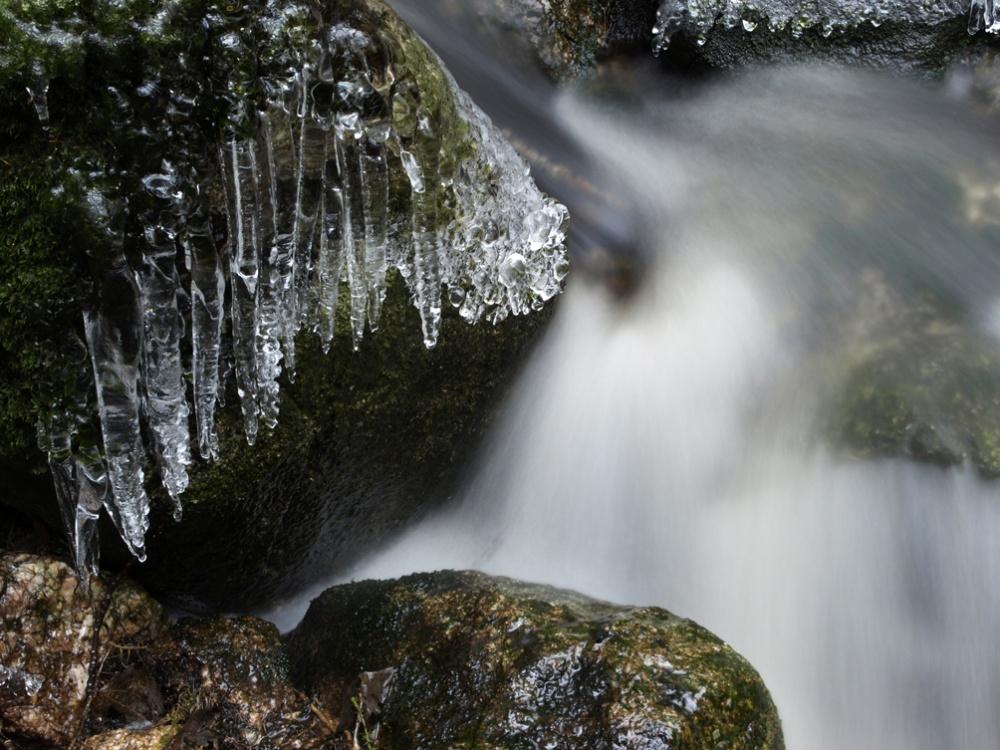 Jäätä purossa