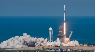 Falcon 9 Block 5 nousee lentoon. Kuva: SpaceX